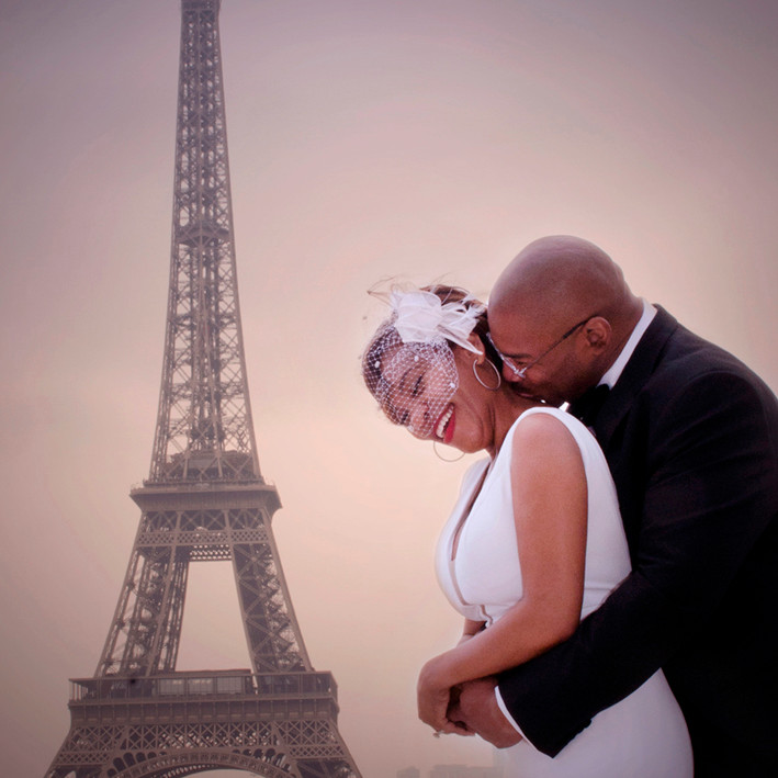 A Paris photographer in Paris takes the best wedding photographs of your day.