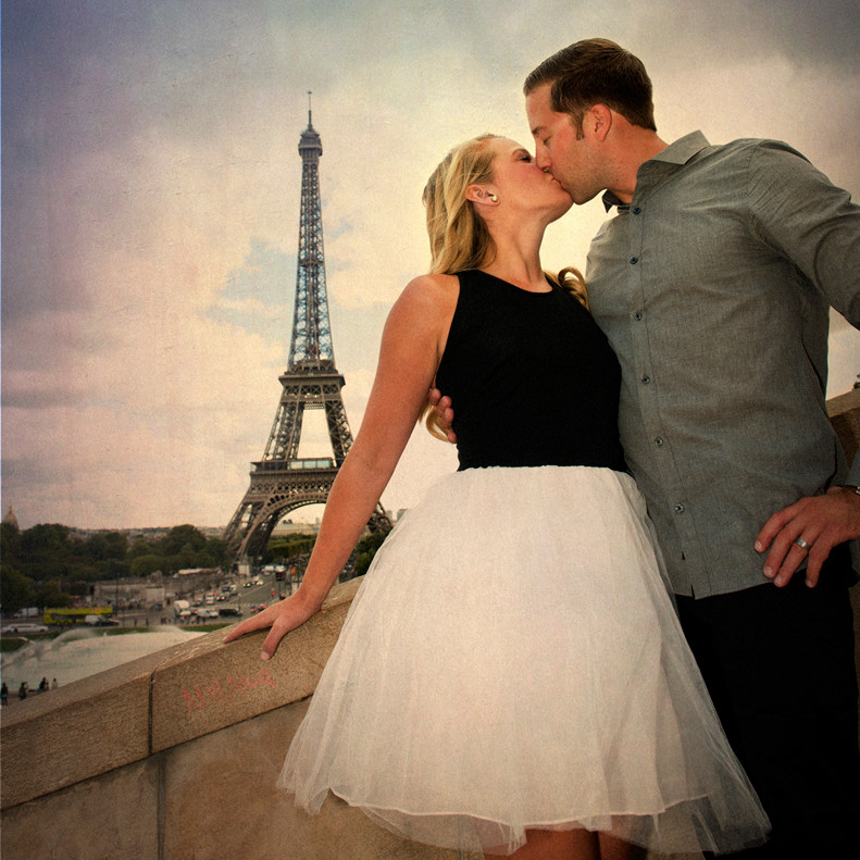 What a glamour engagement photo taken by A Paris photographer