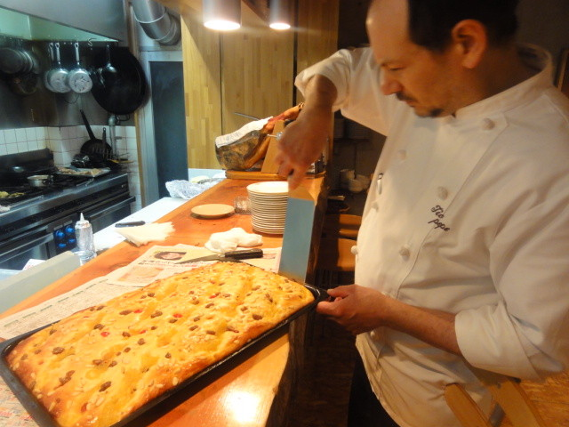 スペインの祝日を祝うパーティーで、焼き菓子を振舞うマヌエルシェフ (在京都スペイン語圏の会主催パーティー)