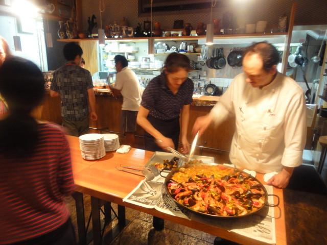 近隣の大学、病院のお客様の貸切パーティーでは大鍋のパエリャが度々登場!