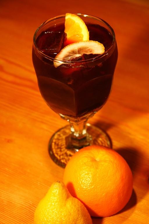 自家製サングリア(赤ワインをベースに果汁とスピリッツで華やかに!)は女性の方にもおすすめです!