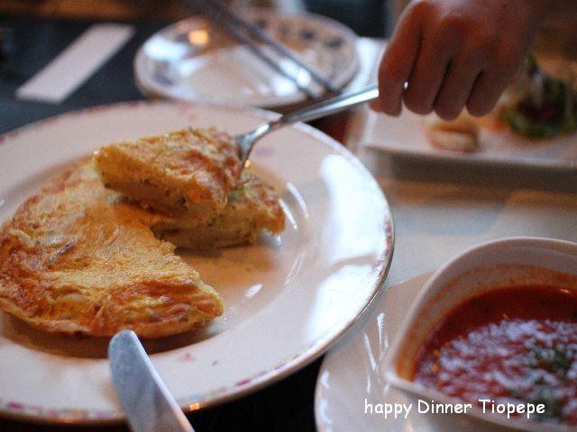 大人気! トルティーリャ(スペインオムレツ) 自家製トマトソースと楽しむのがティオペペ流!