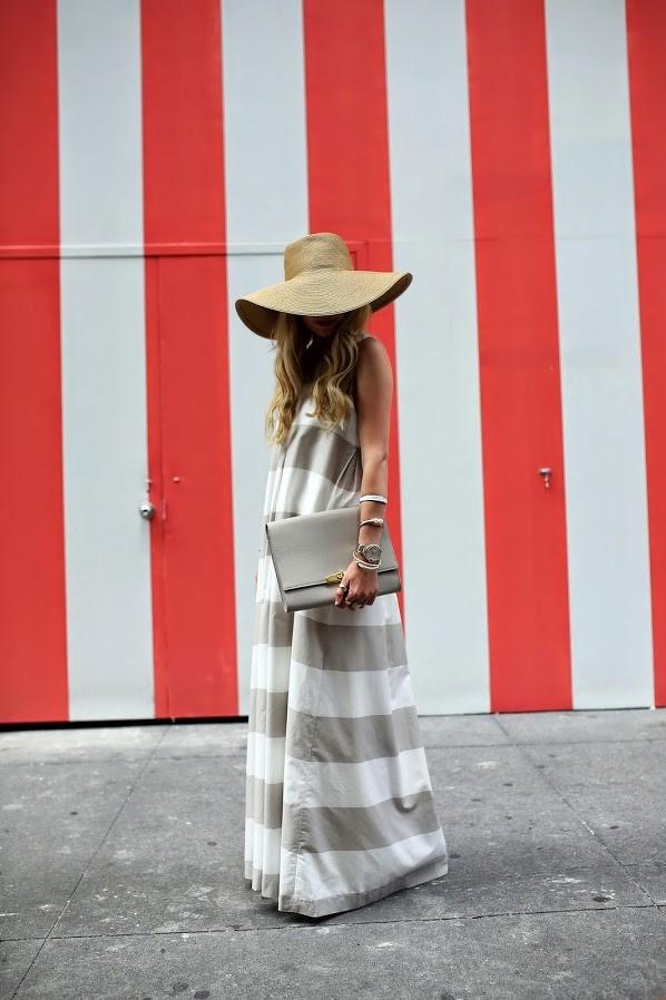 Vestido Largo, lánguido de Algodón, Capellina tejida de fibra natural y sobre de cuero gris. Sobria, elegante y súper fresca para los días de verano urbanos.
