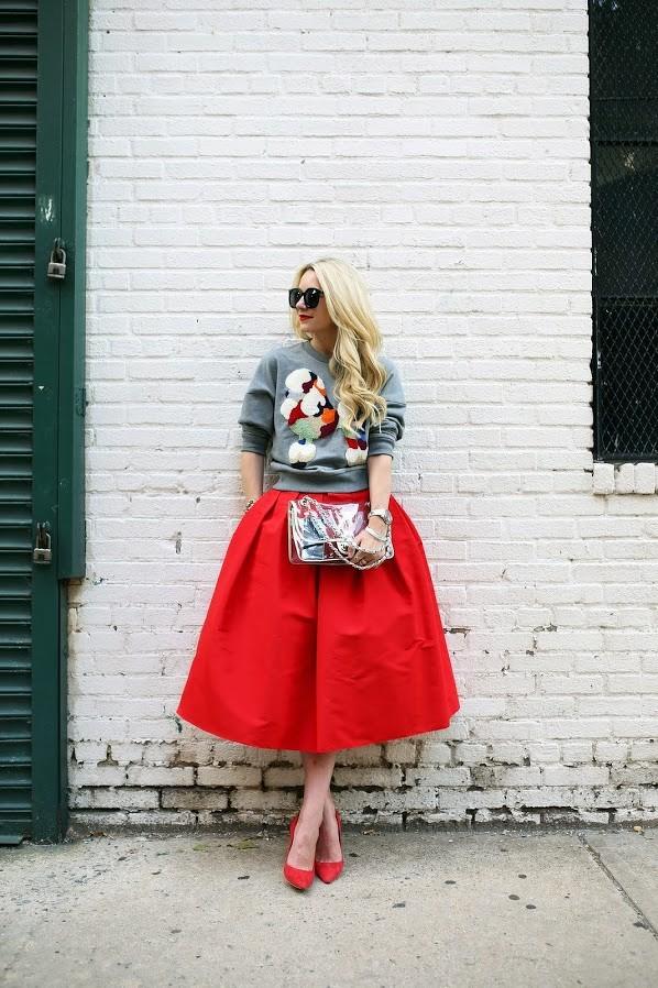 Falda Midi con volumen, Stilettos rojos y Buzo con Apliques, La mezcla perfecta para un look Casual Chic! Te animas?