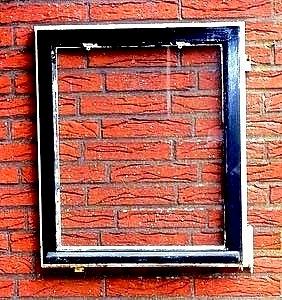 Schwarzes, stark renovierungsbedürftiges  Holzfenster vor der Lackierung mit Bergotec Venti Holzlack-System 4 in 1