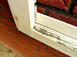 Ein mit Bergotec Venti Holzlack-System 4 in 1 behandeltes, stark renovierungsbedürftiges Holzfenster wird wieder wie  Neu!