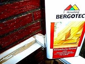 Vor dem Auftragen von Bergotec Venti Holzlack-System 4 in 1 mit dem Bergotec Holzschutz-Grund grundieren