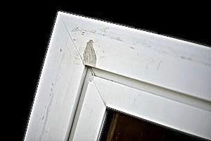 Renovierungsbedürftiges Kunstoff-Fenster vor dem Anstrich mit Bergotec Kunststoff-Fenster-Lack