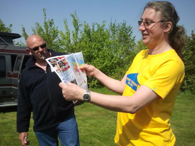 De eerste flyer wordt overhandigd aan Maarten Hoogervorst