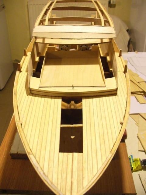 Pont : mise en place du plancher de proue en lamellé collé et positionnement du coffre de bain de soleil.