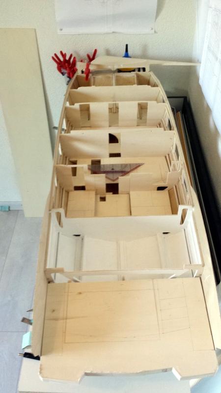 Jolie photo de l'intérieur et ses nombreux planchers, début de la fabrication du coffre du garage