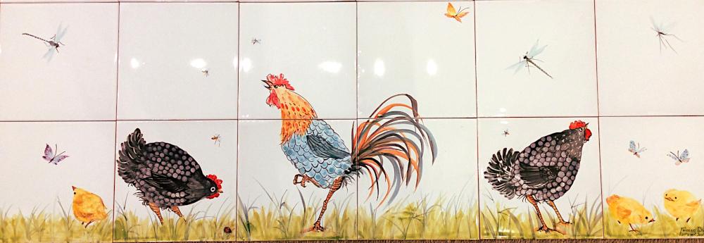 Panneau avec coq, poules noires et poussins.