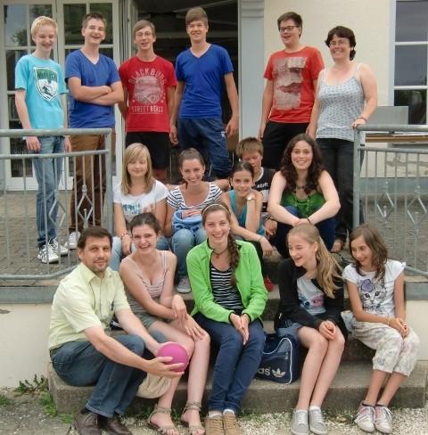 Jungmusiker mit Jugendleiterin Eva Maria Baur und 1. Vorsitzender Hermann Blöchle