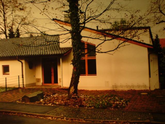 Gemeindehaus in Wit-Bommern auf dem Grundstück einer ehemaligen Kirche.  Eingangsseite mit Grundstein der ehem. Kirche. Links Versorgungstrakt, rechts Altentagesstätte. Das Gebäude wird von der Gemeinde vielseitig genutzt.