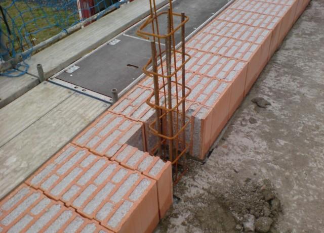 Dieses Foto zeigt das 1-schalige (monolithische) Mauerwerk. Auf WDVS kann hier verzichtet werden, da das Mauerwerk mit Perlite gedämmt ist.