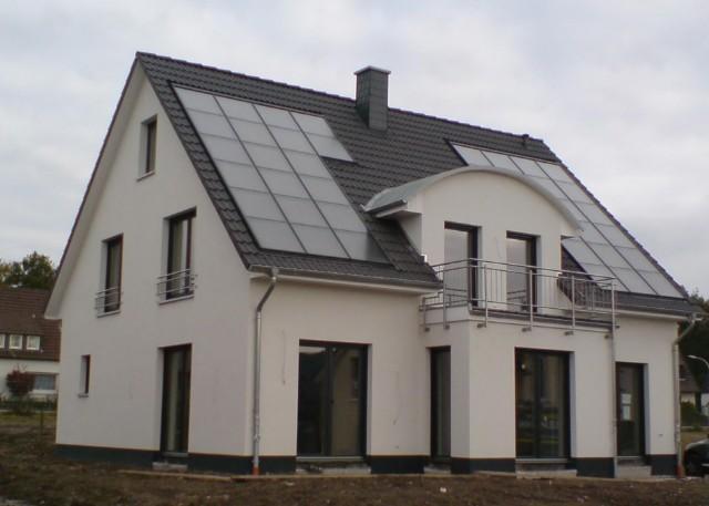 Einfamilienhaus mit Sonnenhaustechnologie in Gevelsberg, Primärenergiebedarf um 12 kwh/m2a (Passivhaus ca. 18 kwh/m2a), WFL 185qm, 12cm stark unterdämmte Bodenplatte, 40qm Solar- kollektoren mit exakter Südausrichtung.
