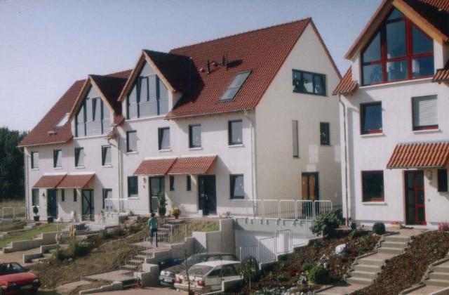 Zwei Doppelhaushälften in Niedrigenergiebauweise zu vorstehender Wohnsiedlung in Wülfrath.