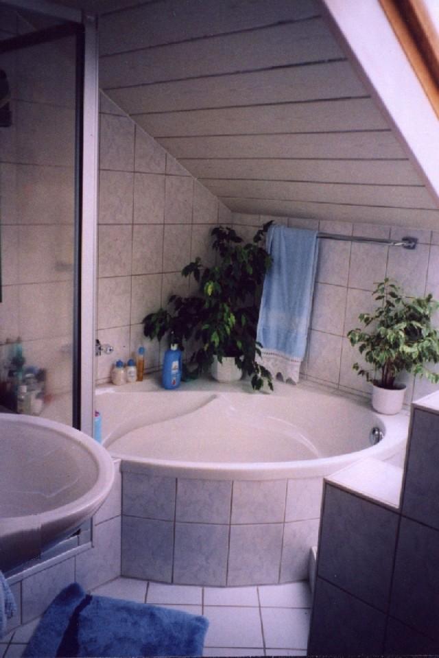 Zu vorst. Whg. flächenmäßig optimiertes Bad mit allem was angenehm ist. Einst hatte das Bad nur ca. 4 m2 Grundfläche, eine Badewanne fehlte ganz.