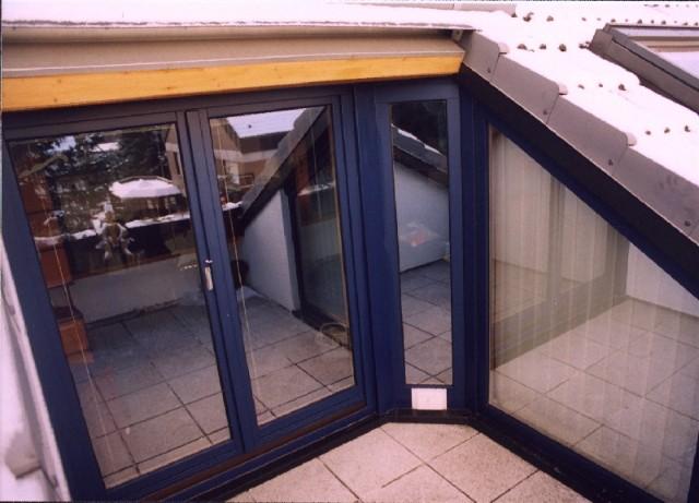 Ausbau/Modernisierung einer 50qm DG-Wohnung, durch großzügige Verglasungen (hier Loggia) und weitere Dachfenster wurde ein erhebliches Mehr an Lichteinfall erreicht. Die Loggia kommt auf ca. 6qm Nutzfläche.