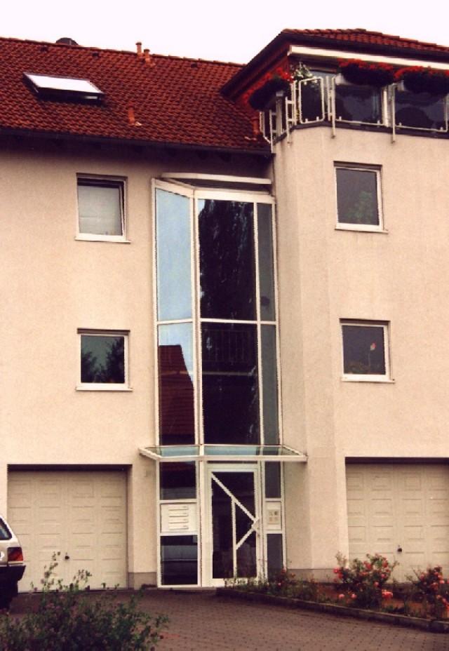 Verglaster Vorbau im Bereich Treppenhaus für ein MFH im Rahmen einer Modernisierung/Umnutzung zu Etw´s.