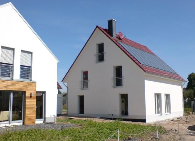 Sonnenhaus in Schwerte, auch hier mit 40qm Solarkollektoren und großem 7cbm Pufferspeicher, Kunststofffenster mit 3-fach Verglasung, genaue Südausrichtung.