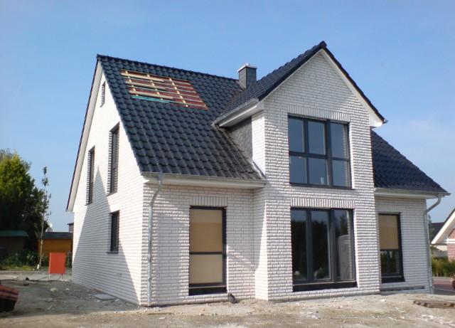 EFH mit weißer Verblendfassade, das Gebäude wurde als Kfw 60 Haus mit 18cm Dämmung und 3-fach verglasten Kunststofffenstern in Sprockhövel errichtet.