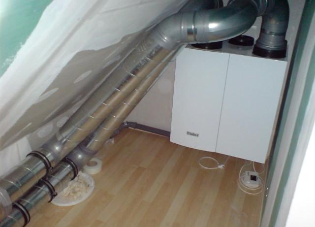 Auch dieses Haus wurde mit einer geregelten Be- und Entlüftungsanlage mit Wärmerückgewinnung ausgestattet. Hierdurch werden zusätzlich Wärmeverluste durch Fensterlüftung verringert.