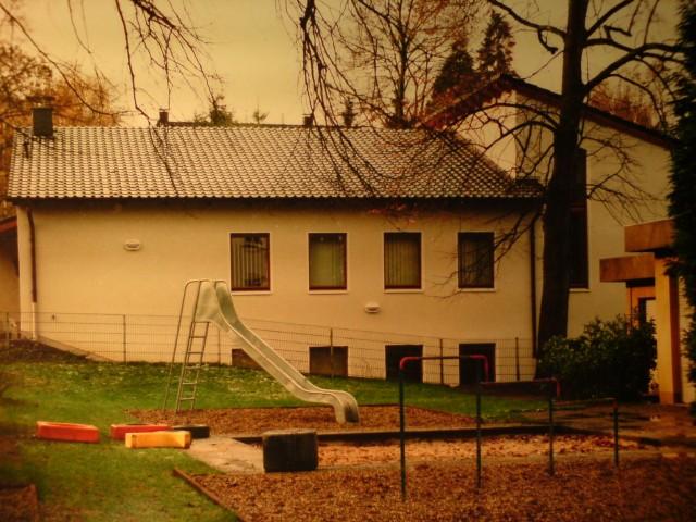 Von der Gartenseite. Neben dem Kindergarten ist im Kellertrakt des Gemeindehauses zusätzlich eine Jugendbegegnungsstätte mit Werkstatt eingerichtet.