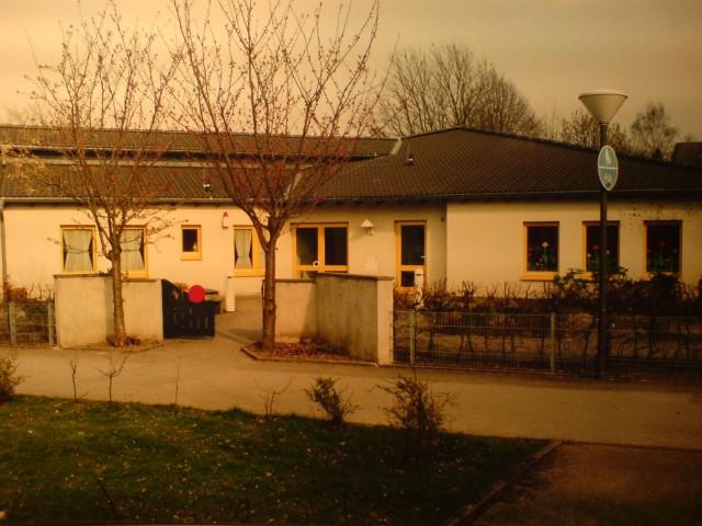 3-Gruppen-Kindergarten für eine kath. Kirchengemeinde in Dortmund-Oespel, Eingangsseite. Bestandteil dieser Maßnahme war auch die Neuanlage der gesamten Spielanlagen.