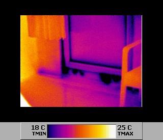 Gebäudethermografie visualisiert kalten Luftstrom durch Undichtigkeiten