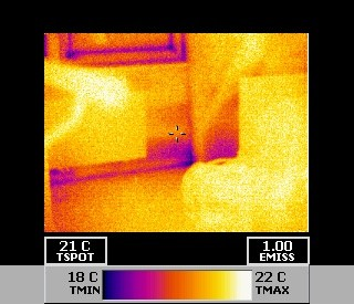 Wärmebildaufnahme in einem Gebäude (Bad Liebenzell), massive Undichtigkeiten beim Neubau