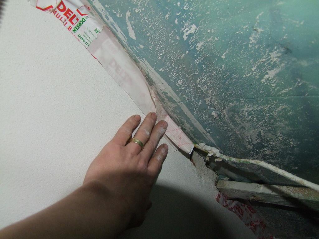 Die Verbindung zur flankierender Wand ist undicht (unsauber) hergestellt