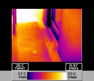 Gebäudethermografie spürt Wärmeverluste auf (undichte Balkontür)