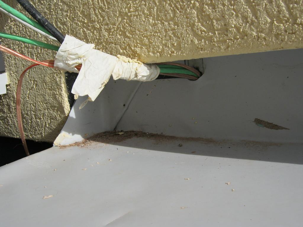 Baumängel am Dach - Fehlende Abdichtung an elektischen Leitungen