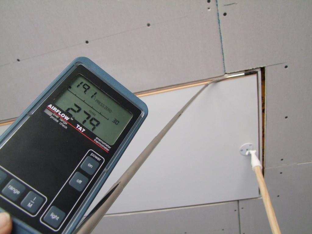 Leckage der Dachlucke durch Blowerdoor Unterdruckverfahren ermittelt.