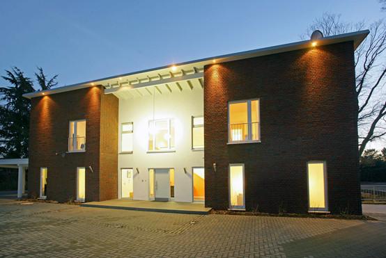 Die äußere Gestaltung des Gebäudes erfolgt durch drei 2-geschossige Baukörper die in H-Form angeordnet sind und deren Pultdächer sich zueinander neigen. Bei der Fassadengestaltung werden klassische dunkelrote Verblendsteine mit hellem Putz.