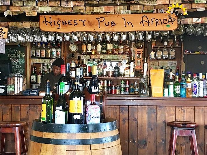 im höchsten Pub von Afrika bleibt kein Getränke-Wunsch unerfüllt.