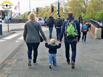 Mit Kind an der Hand in Amsterdam ist man etwas langsamer als zu Zweit unterwegs...