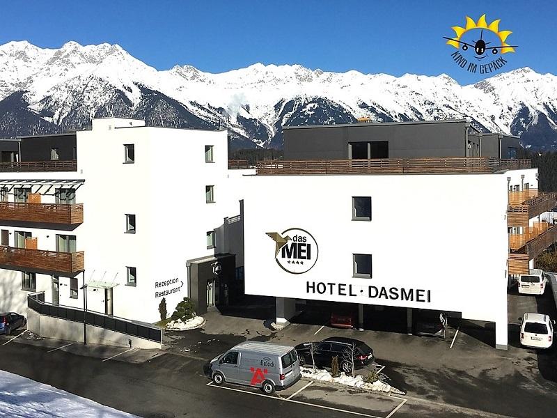 Das Hotel dasMEI in Mutters bei Innsbruck im Schnee.