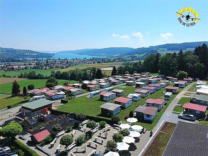 Ein Luftbild des Campingplatz Hüttenbergs. Im Hintergrund der Bodensee, vorne der Spiel- und Freizeitbereich.