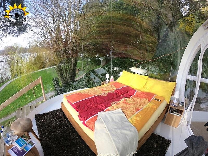 EIn bequemes Bett wartet in der Bubble am Arenenberg auf einen.