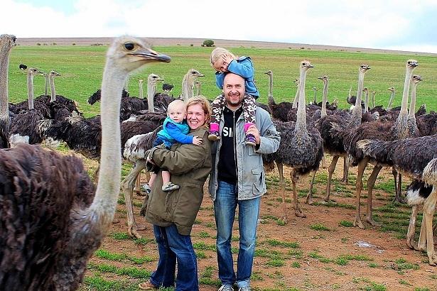 Nadine samt Familie inmitten vieler Vogelsträuße in Südafrika.