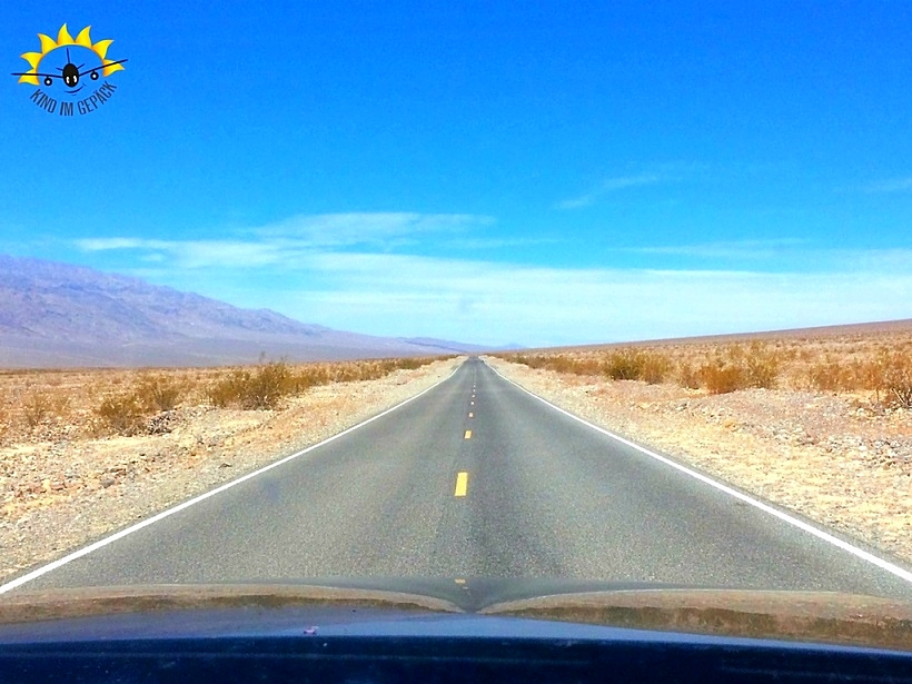 Endlose Straßen mit wenig Verkehr im Death Valley.