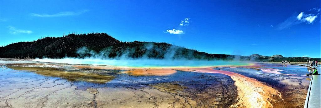 Der Grand Prismatic Spring im Yellowstone Nationalpark. Hier läuft man nur Zentimeter über der größten Thermalquelle der USA.