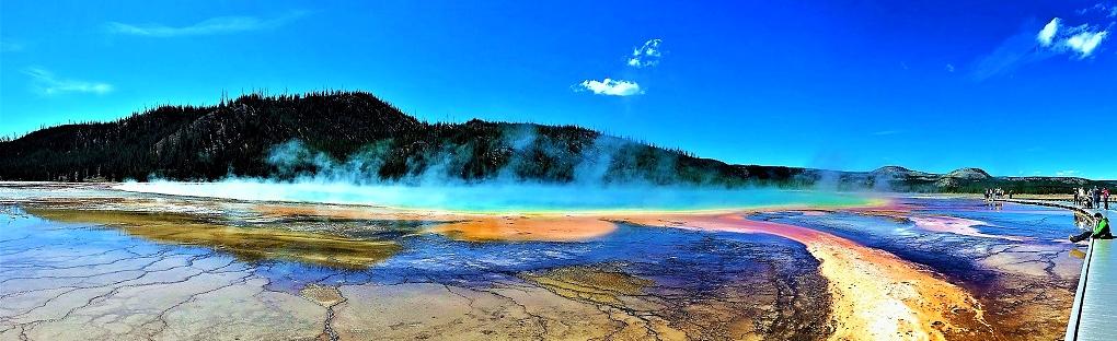 Im Midway Gesyer Basin des Yellowstone Nationalparks liegt der große, farbenprächtige Grand Prismatic Spring.