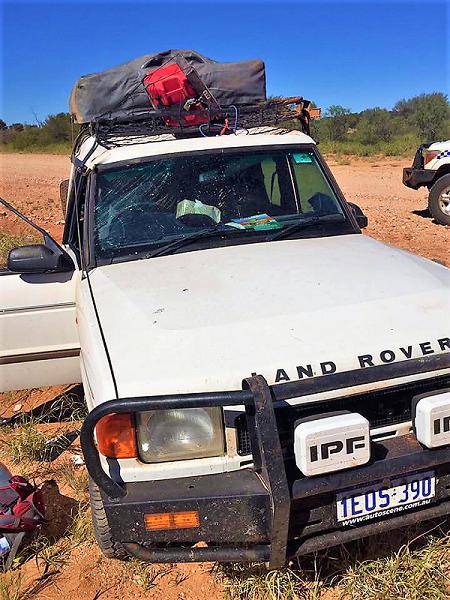 Das kaputte Auto nach dem Überschlag mitten im Outback.