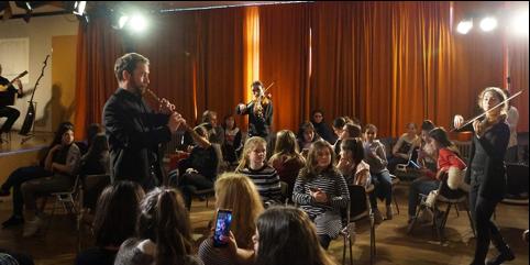 Mittendrin: Die Musiker spielten nicht nur auf der Bühne,  sondern unter den Schülern. Foto: Merve Polat