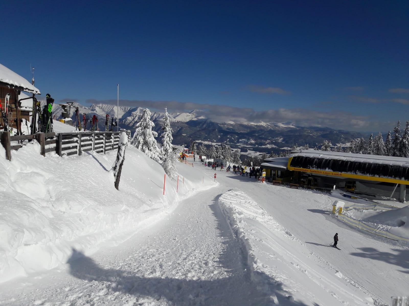 Blick von der Peterbaueralm zur Sonnenbahn, Bergstation