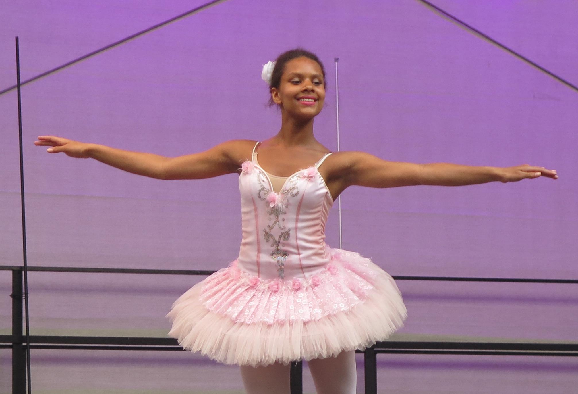 Ab 17.10 Uhr verzücken die Tänzerinnen das Publikum auf dem Fritz-Lang-Platz.