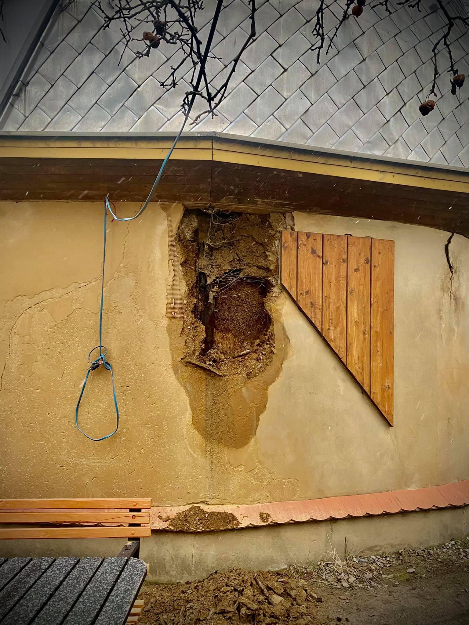 Die undichte Dachrinne führte zu einem schweren Schaden an der Fassade. © Spielplatzinitiatve Marzahn